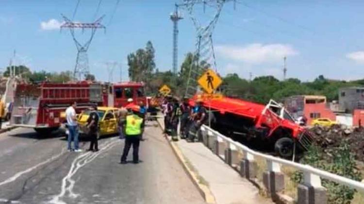 Unidad de Bomberos choca contra Taxi enQuerétaro
