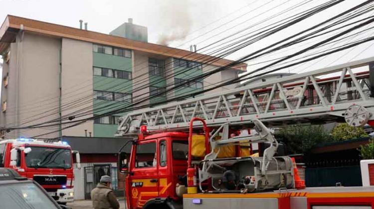 Conserje no dejó entrar a bomberos a controlar incendio en edificio