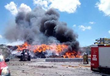 Aparatoso incendio en una planta de reciclaje