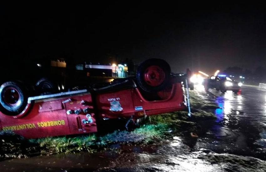 Buenos Aires.- En la noche del martes, personal del cuartel de Bomberos Voluntarios El Peligro, sufrió un accidente produciéndose el vuelco de la autobomba en la que se trasladaban.