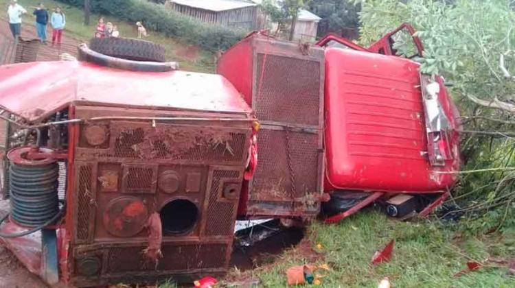 Camión de bomberos volcó tras esquivar un tractor