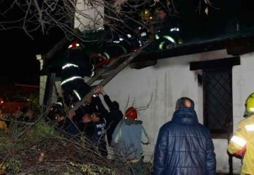 Un bombero resultó herido mientras apagaba un incendio