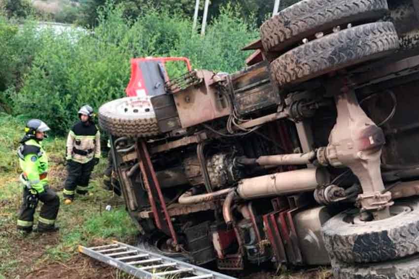 Carro de Bomberos termina volcado cuando se dirigía a incendio