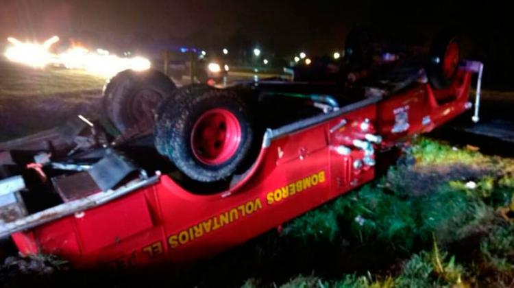 Volcó una autobomba de bomberos cuando iban rumbo a una emergencia