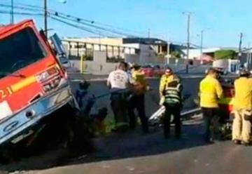 Cae unidad de Bomberos Tijuana a canalización