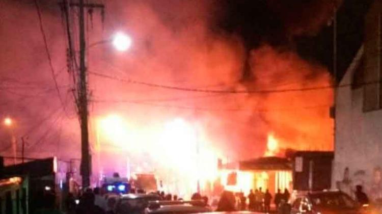 Incendio destruye decenas de locales en Iquique