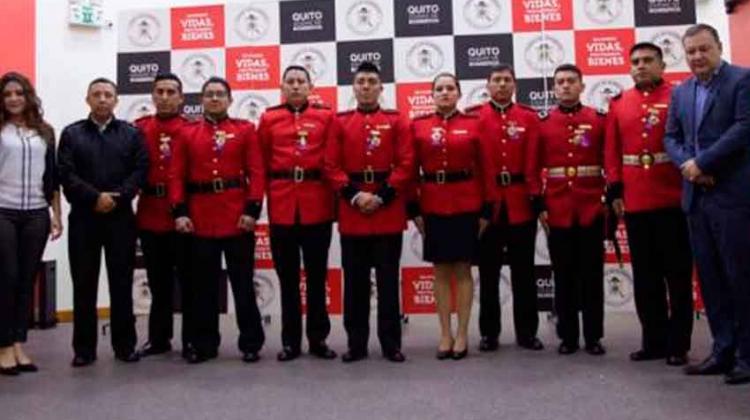 Bomberos de Quito fueron condecorados por evitar un suicidio