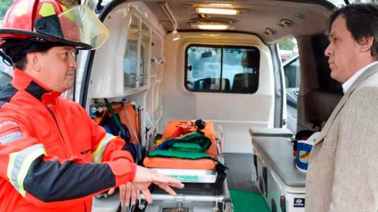 Dotan de ambulancias y equipos a bomberos