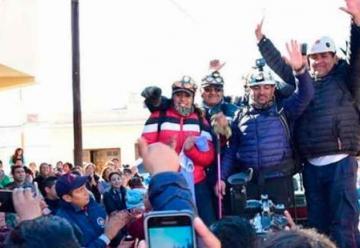 Los bomberos fueron recibidos como héroes