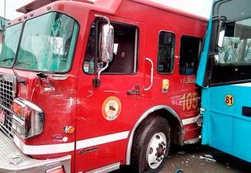 Bus de transporte público impactó contra unidad de Bomberos
