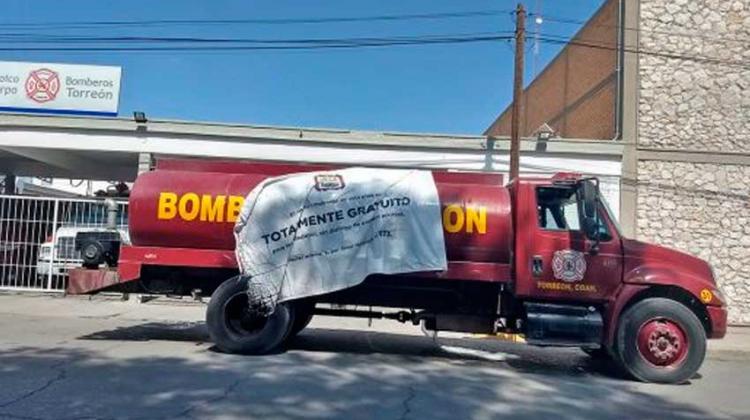 Empresas apoyan con pipas a Bomberos