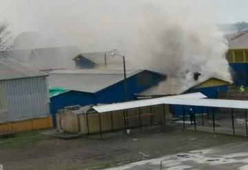 Tres bomberos lesionados deja incendio en colegio