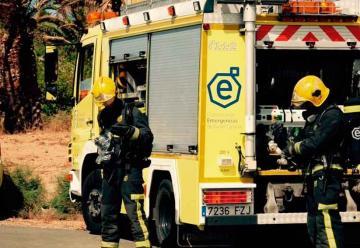 Dos bomberos son atendidos tras un incendio en un negocio
