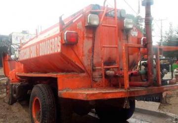 Cae camión de bomberos en socavón de Tlaquepaque