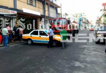 Choca carro tanque del cuerpo de bomberos contra taxi