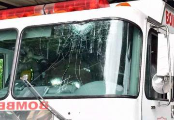 Atacan a pedradas camión de bomberos en Tamboril