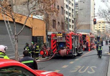 Un desfile de Carabineros impide el paso de bomberos