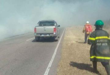 Bomberos apagan el fuego con botellas descartables