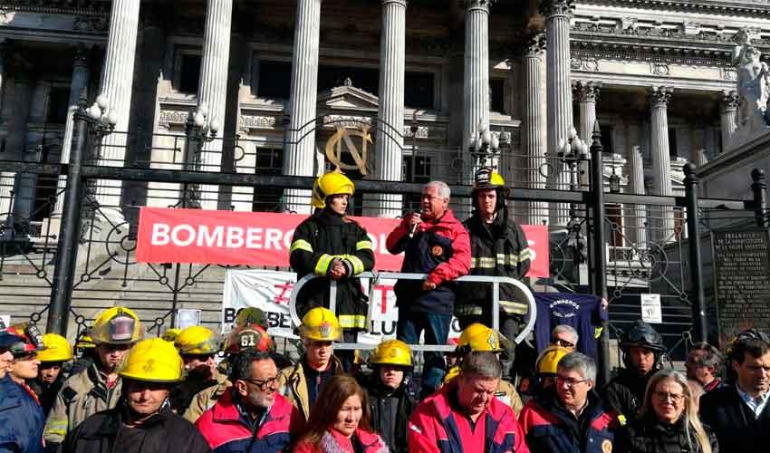 Bomberos voluntarios de todo el país llegaron al Congreso con sus reclamo