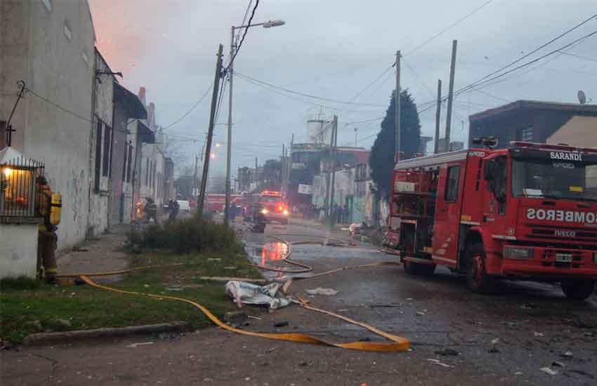 Un incendio de gran magnitud se desató en una papelera