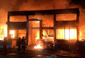 Violento incendio consumió fábrica de muebles