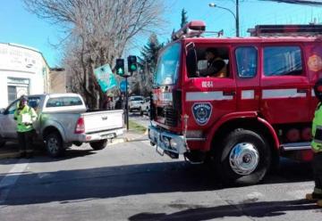 Carro colisiona a camioneta mientras se dirigía a emergencia