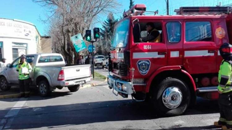 Carro de Bomberos colisiona a camioneta mientras se dirigía a emergencia