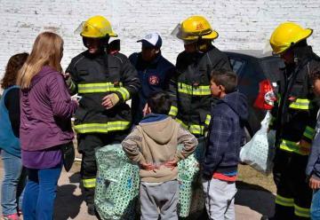 Bomberos repartieron juguetes en merenderos y el Hospital