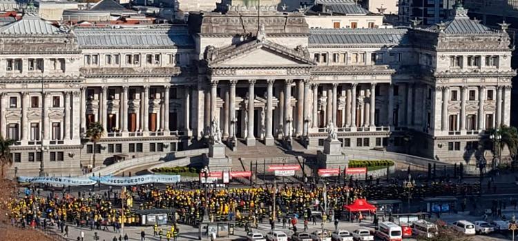 Miles de Bomberos Voluntarios reclamaron frente al Congreso
