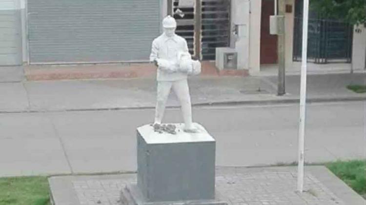 Dañaron el monumento a los bomberos en Cipolletti