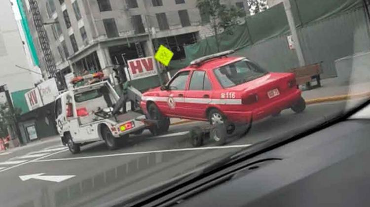 Indignación por grúa que se lleva vehículo de bomberos