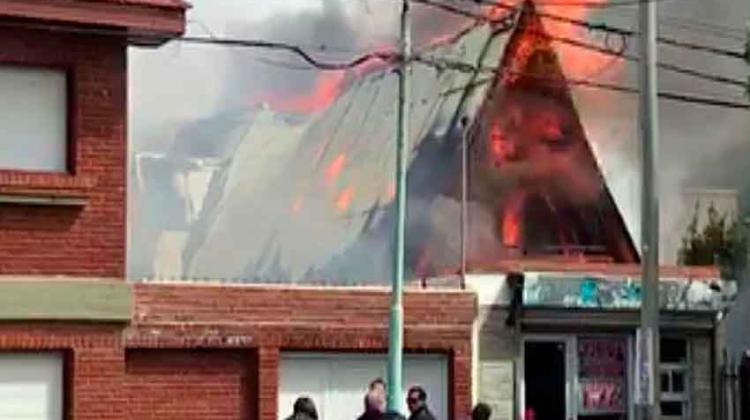 Dos bomberos heridos en incendio de una casa