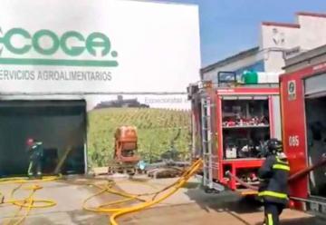 Dos bomberos heridos por golpe de calor en el incendio