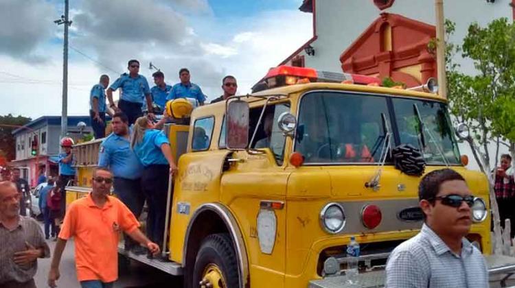 Compañeros del bombero fallecido le dan el último adiós