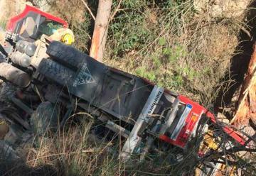 Dos bomberos de la Generalitat heridos al volcar el camión