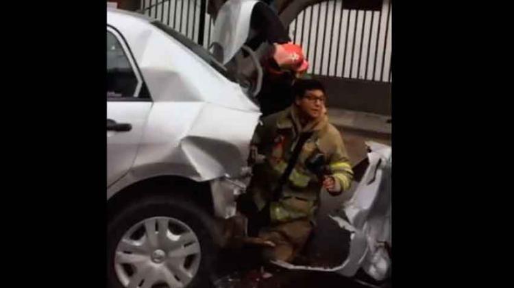 Mujer atropelló a dos bomberos que atendían un accidente