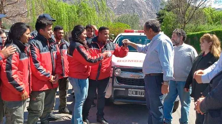 Entregan camioneta a bomberos de Sanagasta