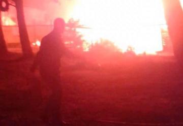 Gran incendio destruyó 3 casas en Laguna Verde