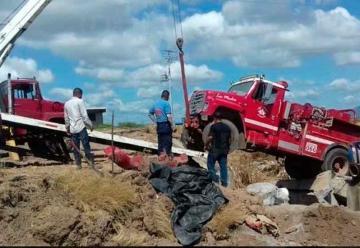 Carro de bomberos cae de puente dañado por lluvia