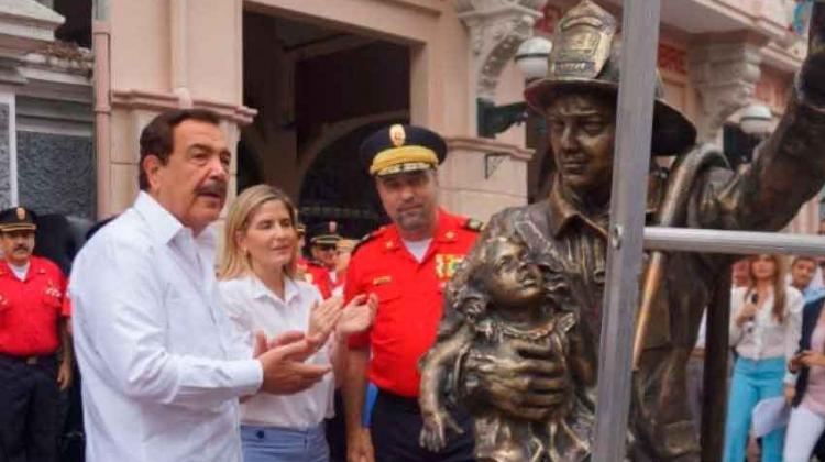 Bomberos levantaron estatua en el centro de Guayaquil