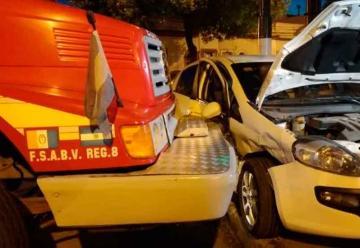Camión de bomberos que iba a un incendio chocó con auto
