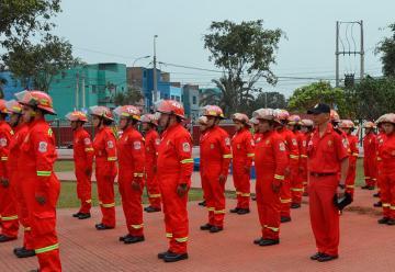 Municipio entrega modernos uniformes a bomberos