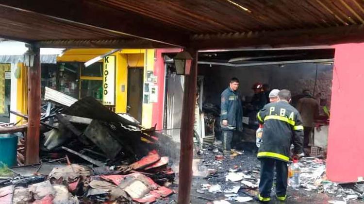 Incendio destruyó pizzería a solo seis cuadras de un cuartel de Bomberos que no habilitan