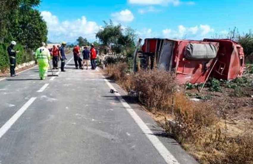 Dos bomberos hospitalizados tras sufrir un accidente