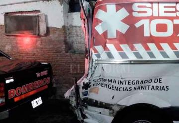 Un camión chocó a una ambulancia en la autopista