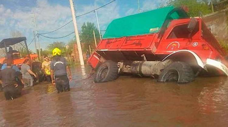 Volcó un camión de los bomberos en medio de temporal