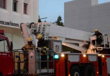 Bomberos vuelven a reclamar con sirenas en Roca