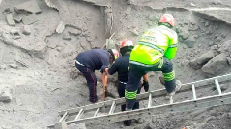 Condecora a bomberos que atendieron emergencia del Volcán de Fuego