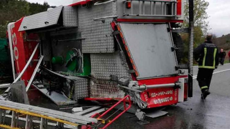 Bomberos heridos al volcar vehiculo cuando iban a un incendio