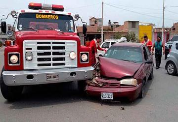 Camión de bomberos y auto se chocan en centro de Chiclayo